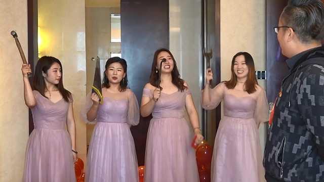 新人结婚,伴娘团拿扳手、铁锤助阵