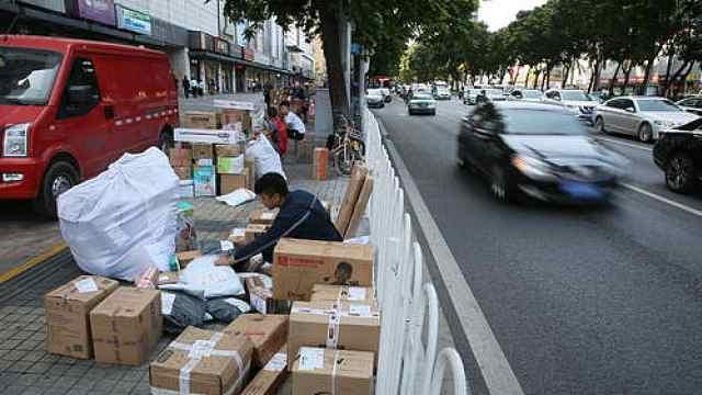 中国青年蓝皮书:快递小哥月收六千