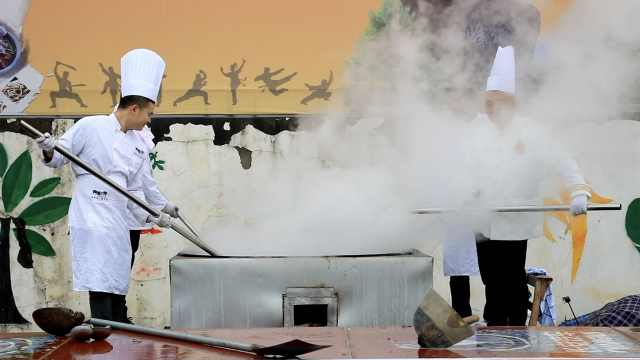 千人共品羊肉羹:2米3大锅煮得太香