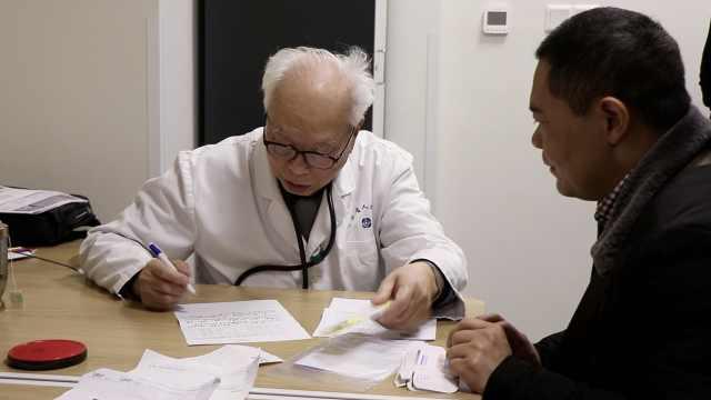 90岁医生坚持坐诊:能帮多少就去帮