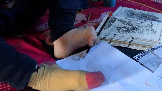 腦癱兒被老夫妻收養,學會用腳畫畫