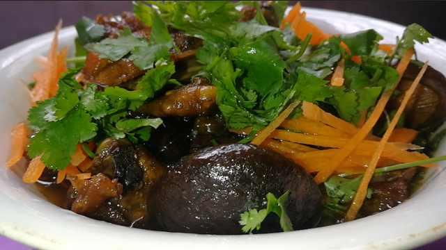 农家香菇焖土鸡,汤汁浓厚鸡肉爽滑