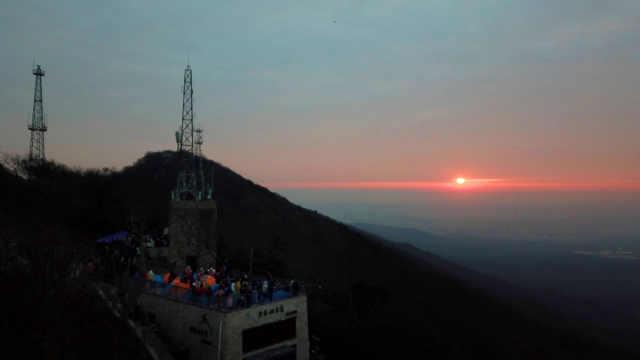 登上山顶,拥抱新年第一缕阳光