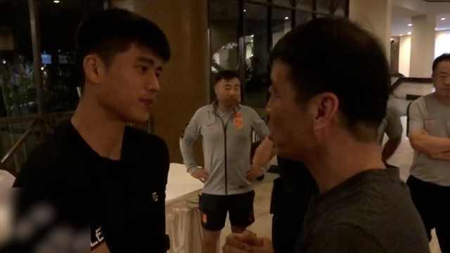 张玉宁受伤回国,足协主席拥抱送行