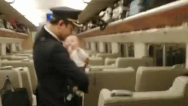 暖心!90后列车长帮宝妈乘客哄孩子