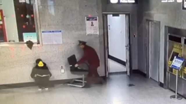 90后销售地铁站赶KPI,站长搬来椅子