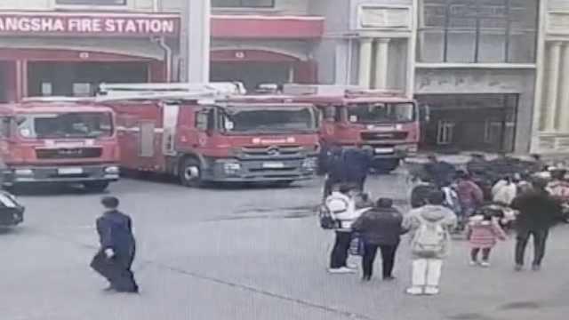 学生消防实践,警铃响起消防员秒撤