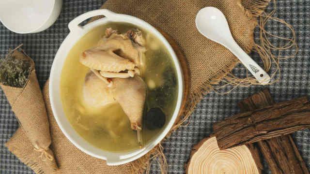 白玉菇炖老母鸡汤,口感滑嫩