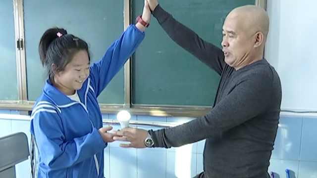 老师课间做趣味实验走红,网友酸了