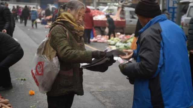70岁奶奶患小儿麻痹,走路卖报20年