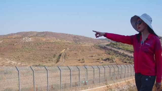 以色列叙利亚边境亲人隔铁丝网喊话