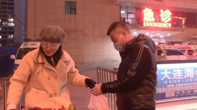 医生春节值班,妻子包饺子送年夜饭