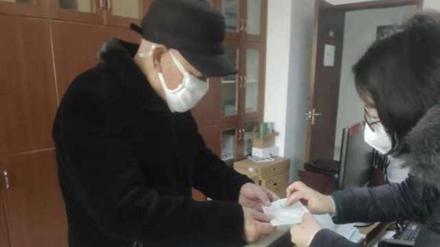84岁翁不买助听器,瞒老伴捐1万抗疫