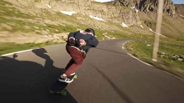 一网友分享自己滑长板的视频