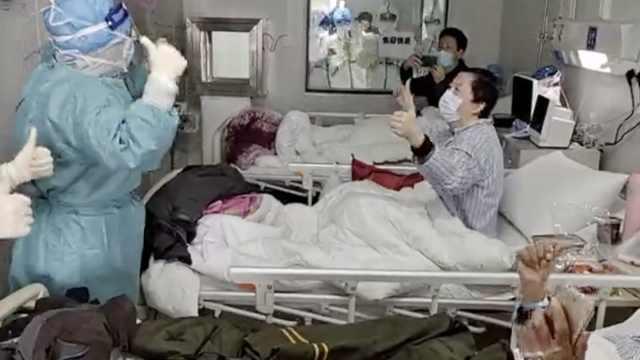 火神山同病房2人一起庆生,相差30岁