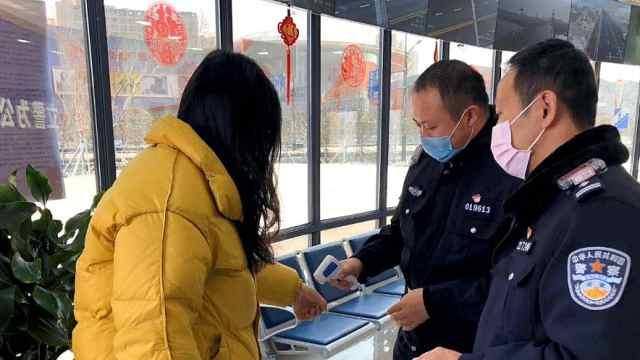 南京江北新区热心市民送物资给民警
