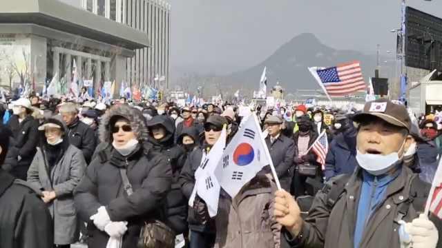 首尔民众不顾疫情扩散,大规模集会