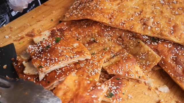 土家特色酱香饼:香甜脆辣,吃一口就忘不了