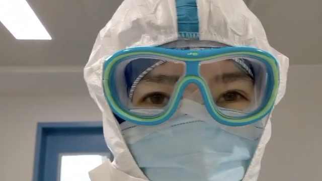 援鄂护士镜框积汗水,全程不敢抬头