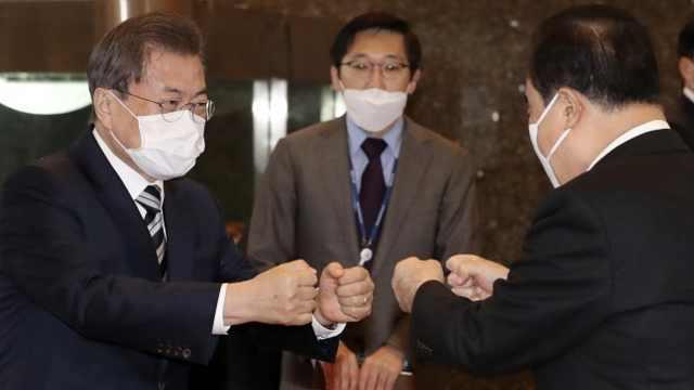 文在寅碰拳代替握手会见朝野党代表