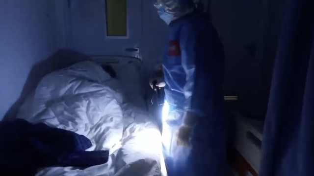 """护士手电筒巡房,被赞""""提灯女神"""""""