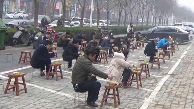 顾客在停车位上考试式喝羊汤被叫停