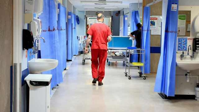 缺物资,英国医生看病时需共用口罩