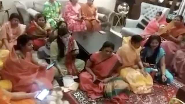 印度妇女围聚一堂唱歌对抗新冠病毒