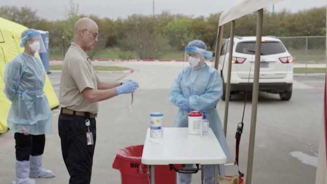 得州政府发布免下车病毒采集指导视频:样本采集人员未戴口罩