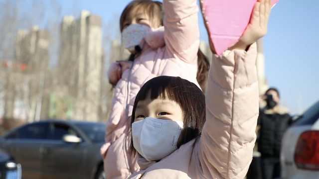 爸爸援鄂一个月后凯旋,4岁女儿索抱不成落泪