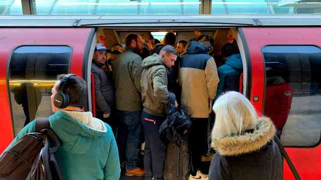 海外封城|英国封国首日:艳阳天道路空,伦敦地铁挤满人