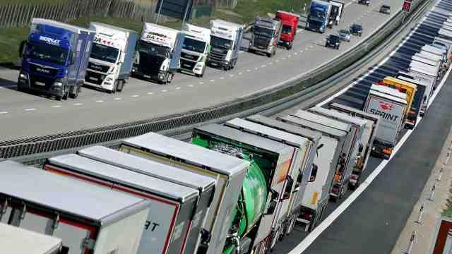欧盟公路物流濒临崩溃!货车司机过边境3小时走300米