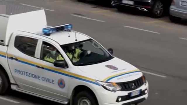 意大利疫情中心志愿者上门送菜,警察用大喇叭沿街巡逻