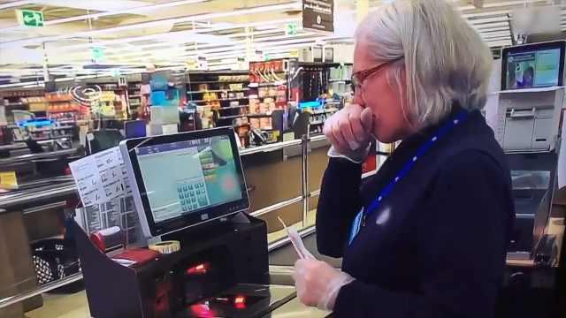 法国超市收银员落泪:没口罩也得工作,不然其他人买不到东西