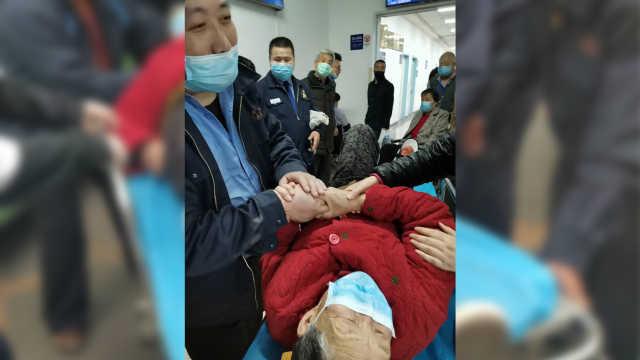 出租司机抱160斤骨折老太入院,家属:连车费都没收