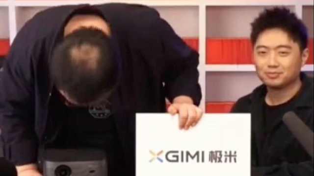 罗永浩口误鞠躬道歉: 看到我秃了的头皮,请体谅老年人痴呆
