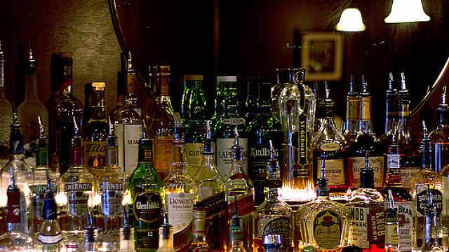 借酒浇愁?美国酒类饮料销量激增55%,网购暴增243%