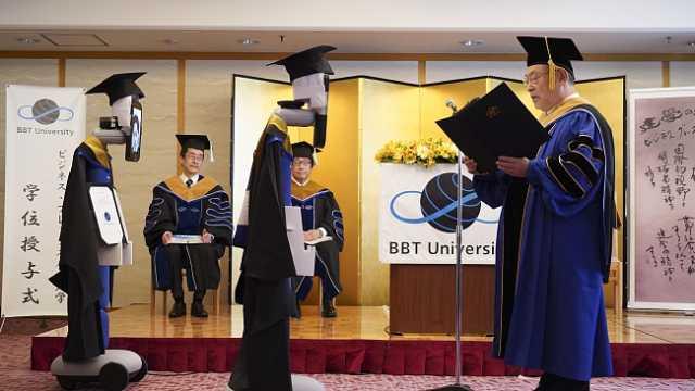 画风诡异!日本大学举行云毕业典礼,学生控制机器人领毕业证