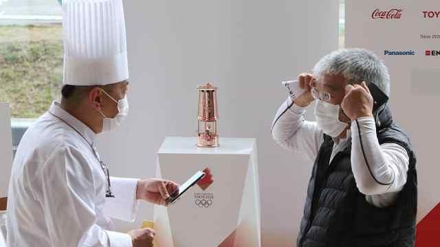 东京奥运会圣火在福岛展出:每人限制30秒,戴口罩并消毒