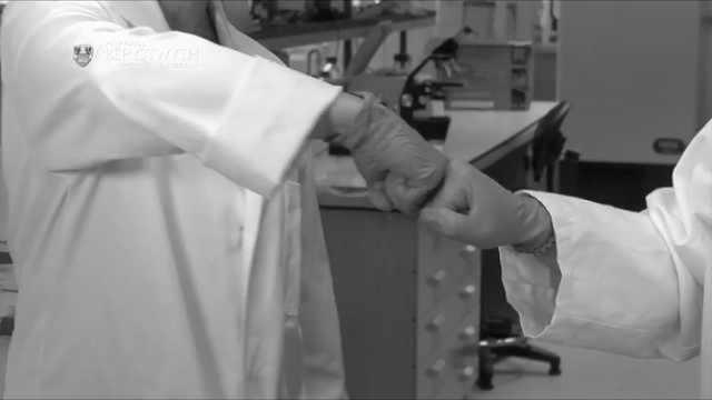 美国心理学家:疫情后握手礼或被取代,碰拳鞠躬更好