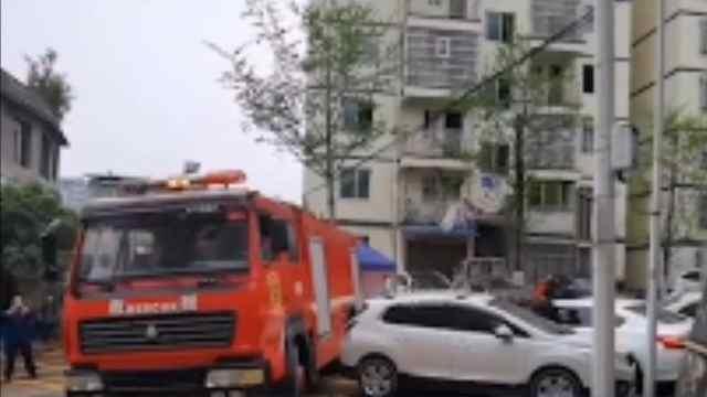 消防通道被堵,消防车硬核通过!