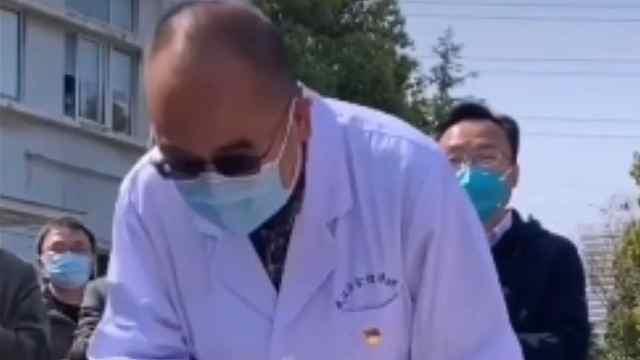 武汉金银潭医院危重症患者人数清零,院长张定宇两度鞠躬致谢
