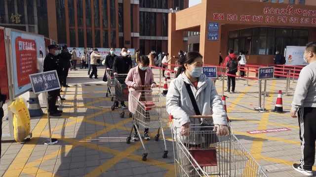 山东开学首日:校长门口迎接,老师借购物车帮学生运行李