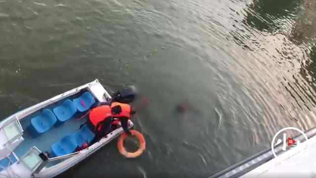 郑州一男子跳湖两次推开救生圈