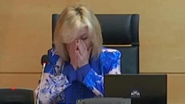 悲痛万分!西班牙卫生官员朗读去世医护名单时几度失控哽咽