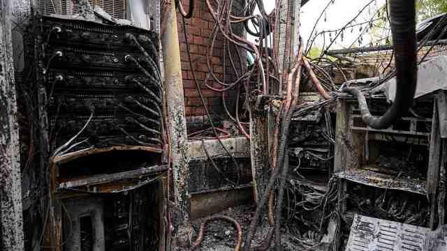 5G新冠阴谋论致英国77座信号塔被烧毁,40人被肢体或语言袭击
