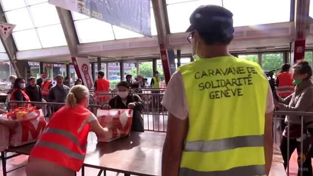 凌晨5点排队,瑞士超千人排长队领救济食品,受访者:最多捱一周