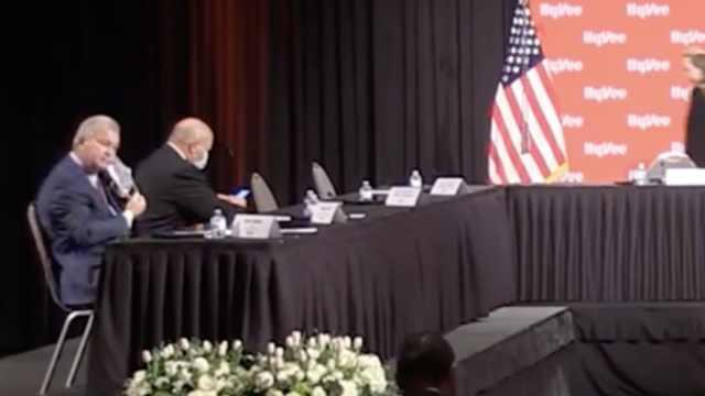 视频曝光!彭斯出席会议之前,与会CEO们被要求摘掉口罩
