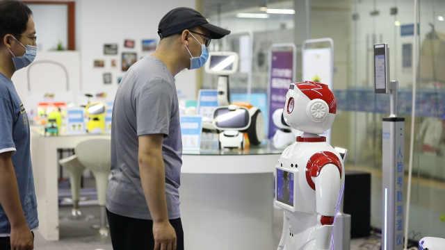 科技助力防疫!人脸考勤测温播报机器人上岗!