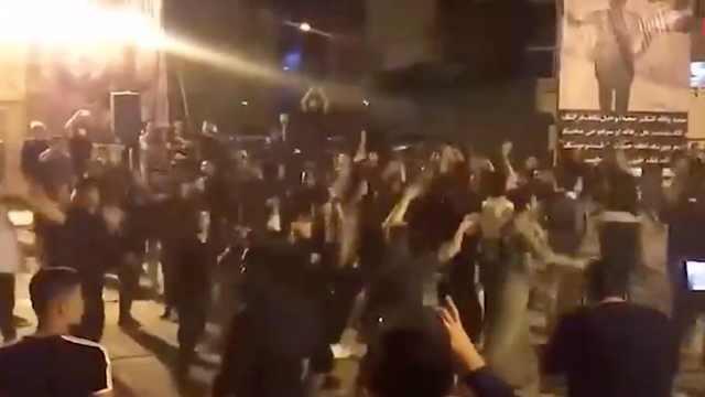 伊朗版黑人抬棺?奇葩葬礼上跳舞鸣枪祭奠死者